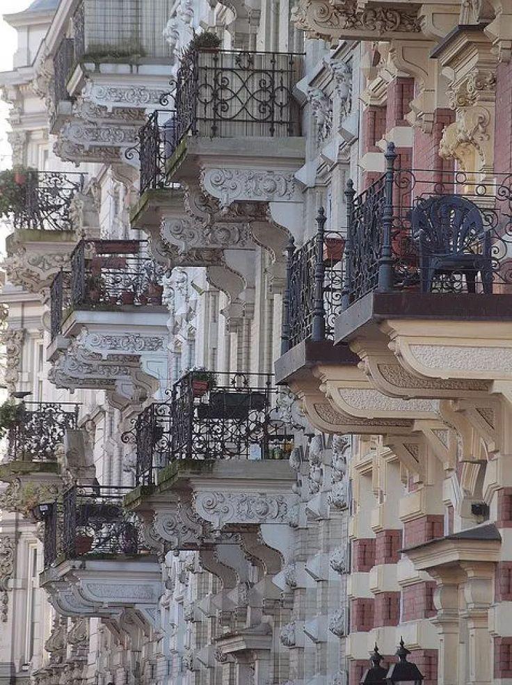 Балконы Петербурга
