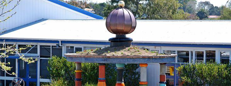 Nein, wir reden nicht übers Wetter! Friedensreich Regentag Dunkelbunt Hundertwasser (geboren am 15. Dezember 1928 als Friedrich Stowasser) kam dereinst aus einem kleinen Alpenstaat nach Aotearoa, um das Städtchen Kawakawa aus seinem Dornröschenschlaf wach zu küssen. Von 1975 an erkor…