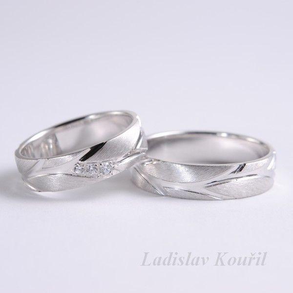 Snubní prsteny s matovanými lístky rostlinného motivu. Možnost osázet diamanty(brilianty). #svatba #láska #snubniprsteny