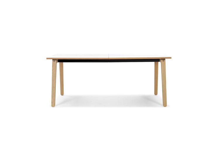 Filur er er spisebord som gir den klassiske skandinaviske designtradisjonen et frisk pust, som med sin attraktive størrelse kan passe inn i de fleste hjem. Sett deg til rette rundt dette bordet med fine snekkerdetaljer, avrundede treben og en vakker, mørk linoleumoverflate. Bordet fås både med og uten mulighet for tilleggsplate – valget er opp til deg.
