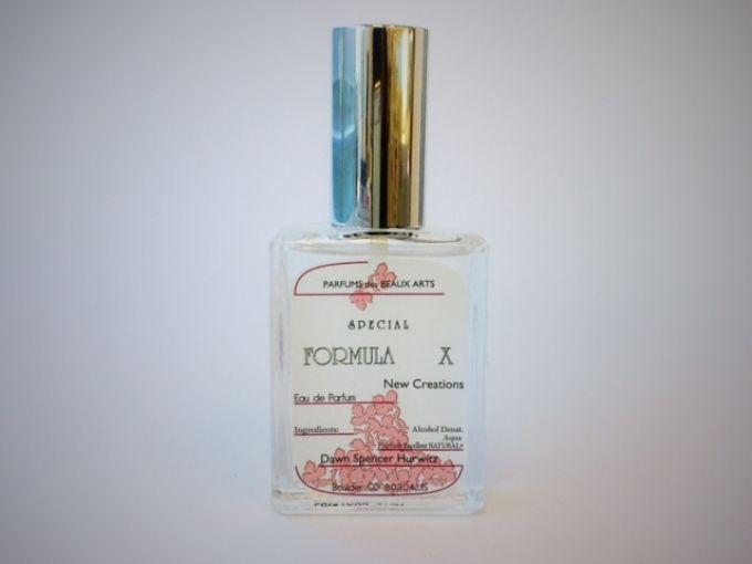 """SPURで以前フレグランス連載を担当していたことがあって、毎月多くの香りにふれる機会がありました。私がその中でも「こんなフレグランス見たことない!」と興奮したのが、このDAWN Perfumeの""""FORMULA X""""という謎めいた名前のもの。天然素材を主体とした香料が使用されているこのフレグランスは、つける人の肌によって、また同じ人の肌でも食生活や時..."""