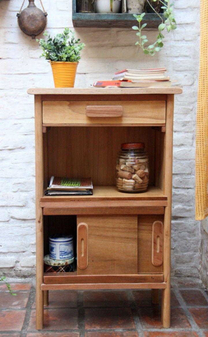 Mesa de arrime, para living comedor, hall de distribución, cocina. Realizado en maderas recicladas, transformadas y resignificadas. Tapa de pinotea - puertas corredizas. Medidas: Alto 95 cm, ancho 57 cm, profundidad 35 cm.