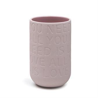 Love Song vas rosa från Kähler är perfekt som bröllopsgåva eller som present till din kärlek! Vasen är designad av Ditte Reckweg och Jelena Schou Nordentoft och har inpräglade texter från kända kärlekslåtar som