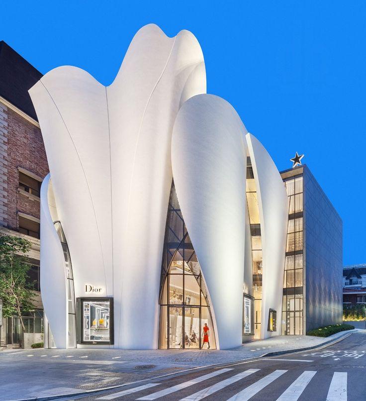 La nouvelle boutique de Dior à Séoul a été conçu par l'architecte Christian de Portzamparc tandis que l'intérieur , a été décoré par Peter Marino .