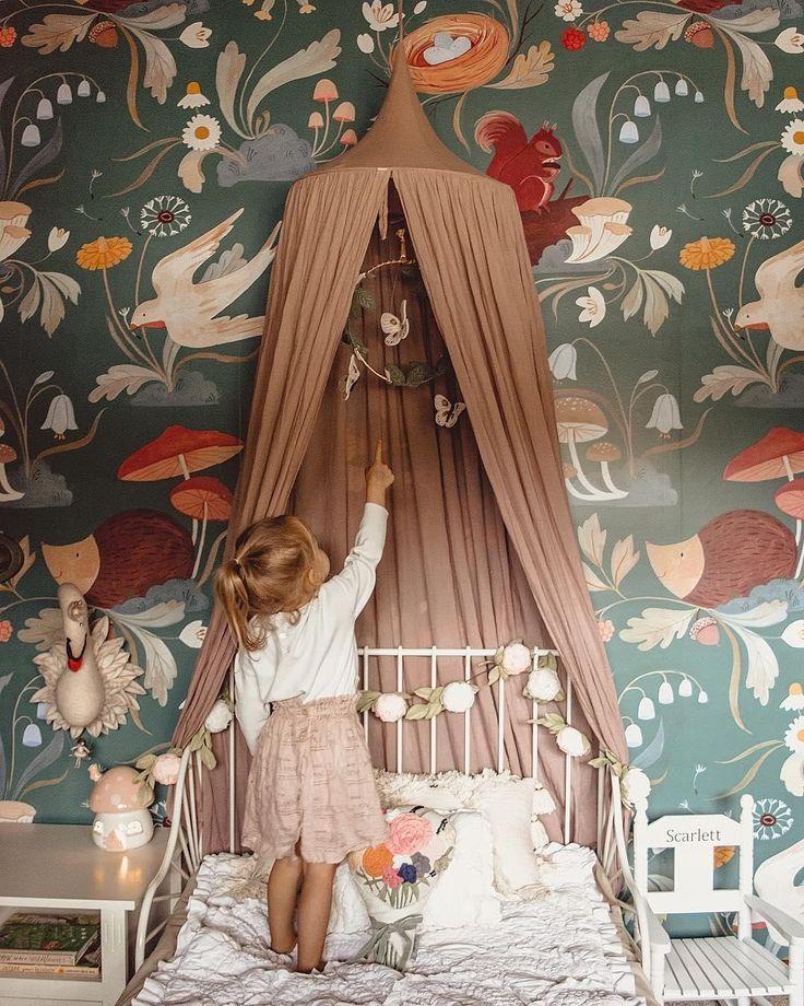 süßes Kinderzimmer im Vintage-Stil mit Baldachin