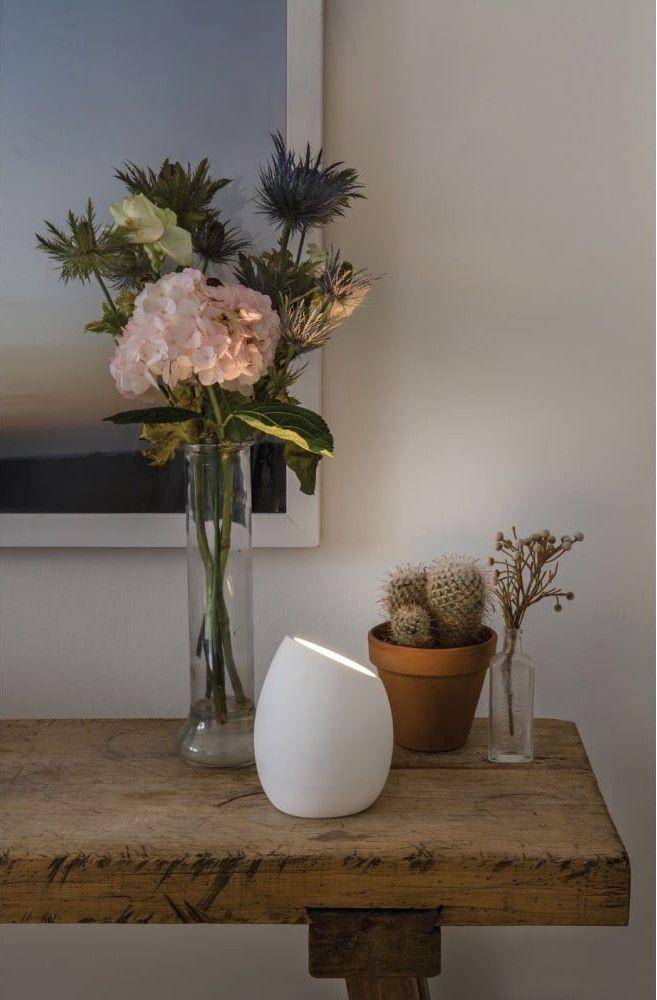La lampe à poser Limina, avec son boitier fabriqué en staff (plâtre naturel et raffiné), met en valeur le côté naturel et noble de cette matière. La qualité du traitement de surface est remarquable.