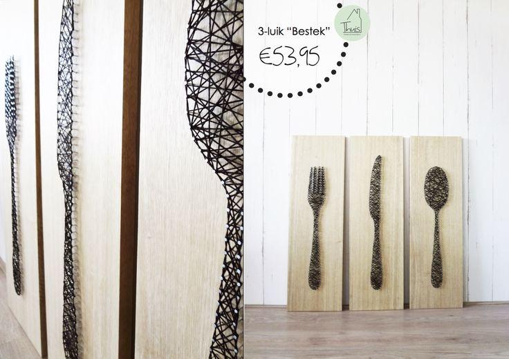 """Deze drie eikenhouten panelen vormen een mooi 3-luik om bijvoorbeeld in de keuken op te hangen. Met kleine spijkertjes is er een vorm gemaakt, in dit geval een vork, mes en lepel. Tussen de spijkertjes is draad gespannen om de vorm """"in te kleuren"""". Door de hoogte van de spijkertjes is er een kleine afstand tussen het draad en het hout, dit zorgt voor een prachtig 3D effect. Deze techniek sluit goed aan bij de grafische trend die we nu veel zien met strakke lijnen."""