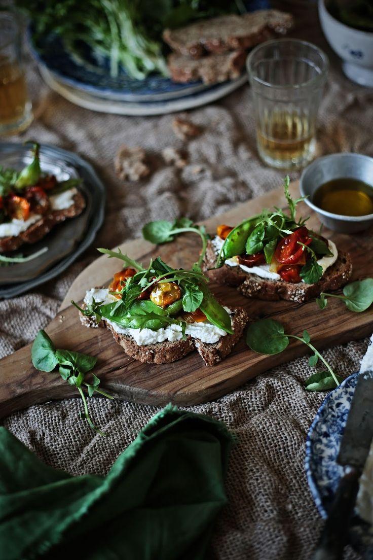 Pratos e Travessas: Bruschette de tomates cereja e ervilhas de quebrar assados - Roasted cherry tomatoes and snow peas bruschette | Food, photography and stories
