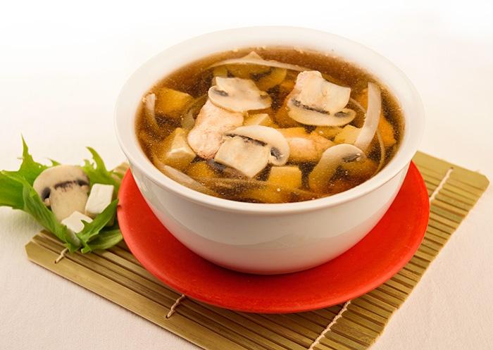 CHICKEN TOFU Zuppa di pollo con tagliatelle di farina di riso thai, funghi champignon e tofu