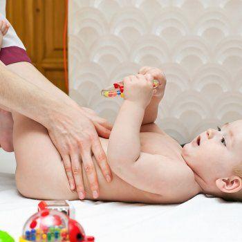 Te enseñamos a hacer un masaje para aliviar los cólicos del lactante. Atento a los consejos de Elena Neila, Fisioterapeuta del centro Valle36 especializada en bebés y embarazo.