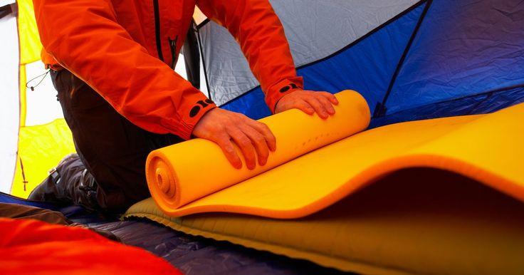 Como fazer um saco de dormir de espuma. Para campistas que planejam dormir no chão de uma barraca, um saco de dormir pode ser um grande diferencial de conforto. Especialmente quando se acampa no tempo frio, o isolamento obtido com um bom saco de dormir é vital para manter o corpo aquecido. Se você planeja fazer seu próprio colchonete de espuma, o mais importante será a escolha de um ...