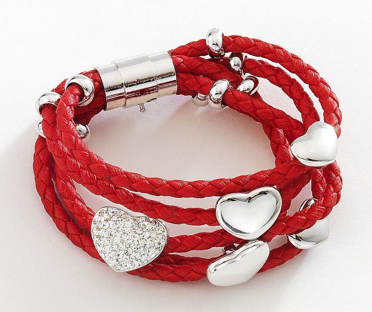 Vistosa pulsera de cordón rojo con detalles de forma de corazón de rodio y cristales incrustrados. Modelo 415733.