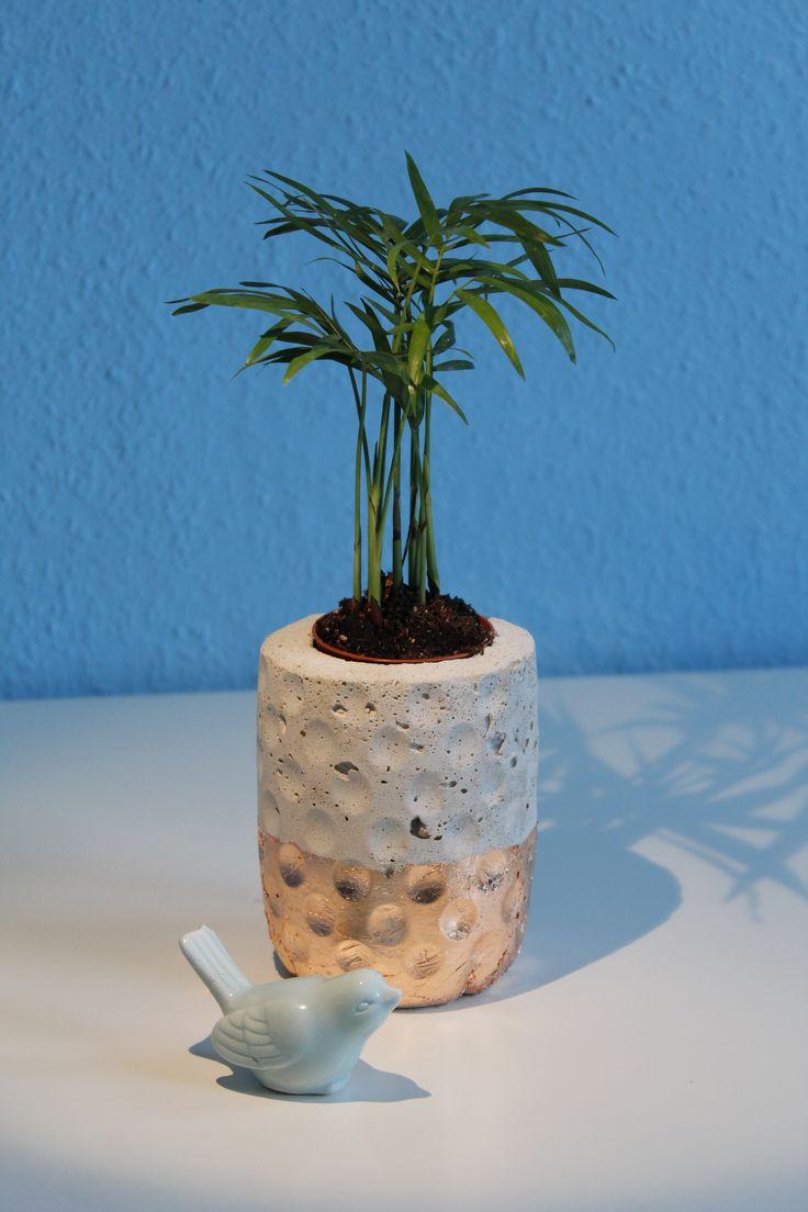 Aus einer Granini-Flasche, Beton und Blattmetall wird ein wunderschöner Blumentopf.
