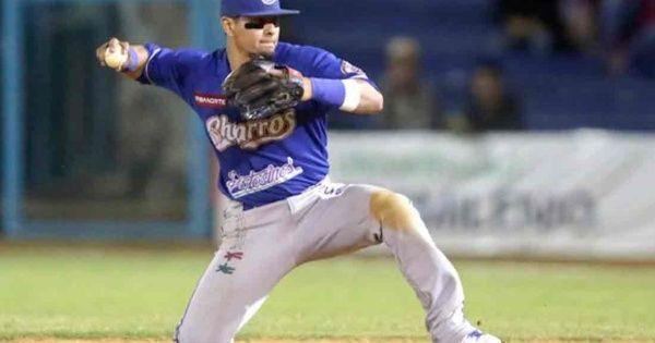 El segunda base de los Charros de Jalisco hizo un atrapadónen el octavo episodio del segundo juego ante Naranjeros