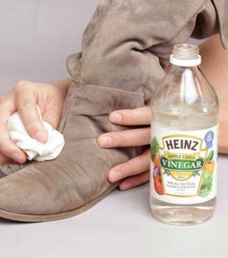 Photo : Passez une couche de vinaigre blanc pour nettoyer vos chaussures en daim et les rendre imperméables