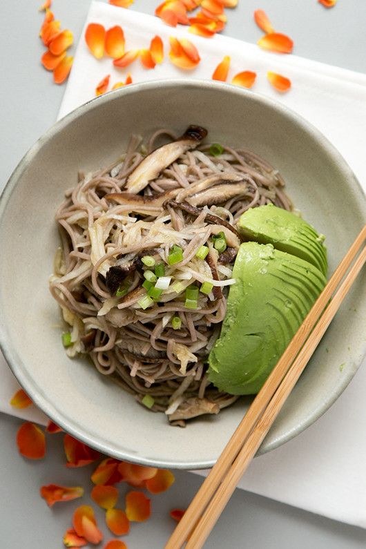 大根と椎茸のそばサラダ      たっぷり野菜のヘルシーランチ なお(直宏)     材料 (2人分)  大根 160g(10センチ)   しいたけ 6枚   そば 140g   オリーブオイル 大さじ1と1/2   お酢 大さじ1と1/2   醤油 小さじ2   メープルシロップ 小さじ2    作り方   1 そばは表示時間茹で、冷水で冷やしたのち、すすぐ。    2 大根は皮をむきグレーターで千切りに。しいたけは石づきを取り大さじ1の水と一緒に蒸し焼きにしたのち細切りに。    3 オリーブオイル、お酢、醤油、メープルシロップを泡立て器で混ぜ合わせる。    4 そば、大根、しいたけをドレッシングで和えてできあがり。    コツ・ポイント   茹でたそばをすすいで、ぬめりをとるのがポイントです。海苔や万能ねぎなど、お好みのトッピングを楽しんでみてください。   レシピの生い立ち    椎茸と大根をたっぷり入れたそばサラダをつくりました。万能ねぎを散らし、アボカド半分を添えて。ドレッシングはメープルと醤油とお酢とオイルでシンプルにしてみました。 レシピID:3959079