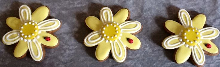 Beautiful daisy gingerbread cookies.