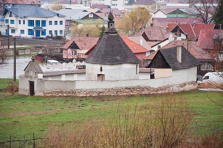 """Odorheiu Secuiesc, orasul strabatut de Tarnava Mare, este amintit documentar inca din anul 1301, sub numele de Villa Olachalis. In 1558, Odorheiul, atestat ca targ in 1485, este ridicat la rangul de """"oras liber"""", iar in secolul al XIX-lea este amintit drept """"Atena Secuiasca"""". Localitatea, marginita de Muntii Harghita si de dealurile Tarnavei, este al doilea municipiu, ca importanta, al judetului Harghita."""