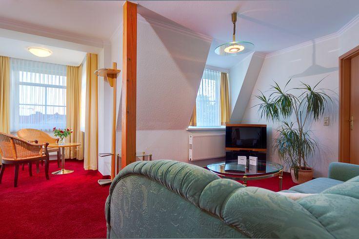 Unsere Suite befindet sich in der 3. Etage, liegt in westliche Richtung und hat eine Wohnfläche von 39m². Ein gemütlicher Wohnbereich mit Sitzecke, sowie einem Erker und einem separaten Schlafbereich bieten Platz für 2 Personen.