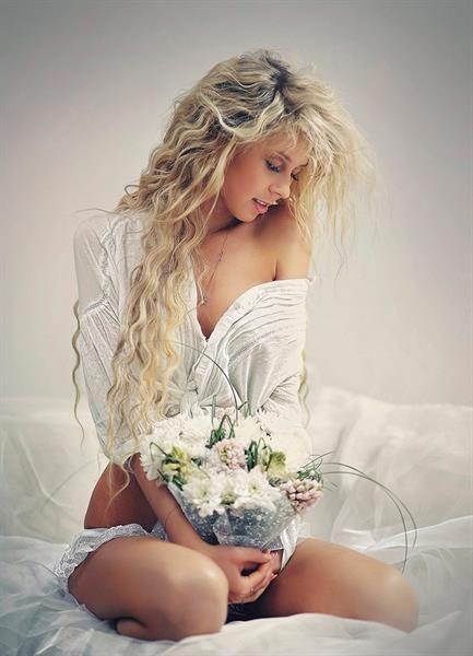 Русская девушка в чёрном платье на кровати фото 344-501
