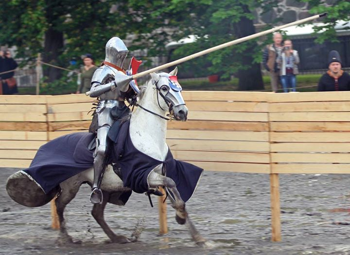 jousts and tournaments essay Whereas tournaments of the late thirteenth century were infused with cross-channel contact, whether in reciprocity of form or in the international composition of the.