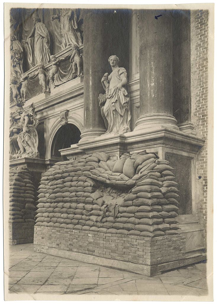San Giovanni e Paolo church. Effects of a bomb splinter against the sandbag walls in defense of the monument Valier, gelatin print, September 12-13, 1916