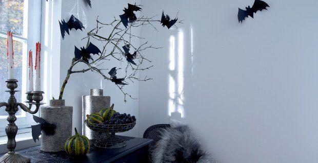 Lśniące nietoperze. Wytnij z czarnego kartonu nietoperze. Papier posmaruj płynnym klejem i posyp brokatem. Można jeszcze dokleić czarne piór do ogona.