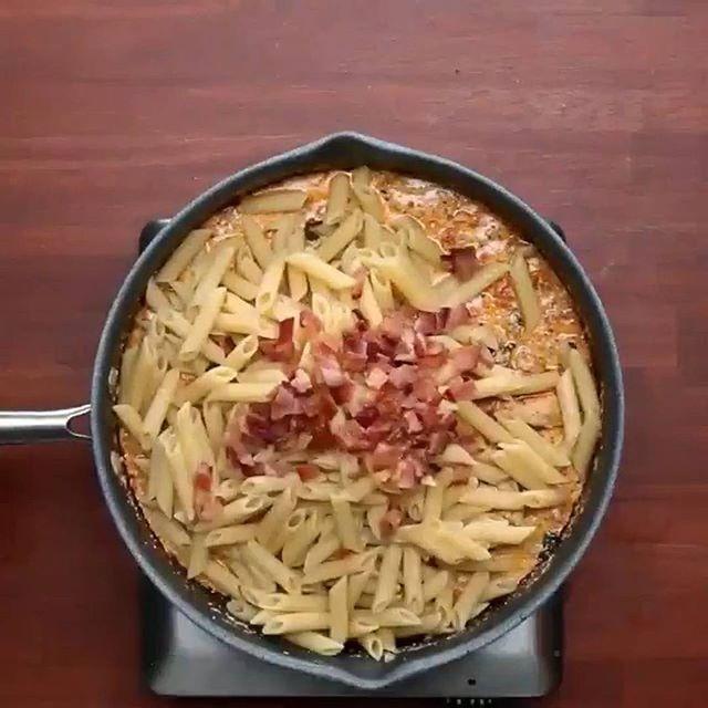 Пенне с курицей в сливочном соусе 4 порции ИНГРЕДИЕНТЫ: 4 ломтика бекона; 2 куриные грудки, нарезанные; Соль и перец по вкусу; 2 чайные ложки итальянской приправы; 1 чайная ложка паприки; 2 зубчика чеснока, измельчить; 2 чашки шпината; 4 маленьких помидоры, нарезанные кубиками; 1 ½ стакана сливок; 1 стакан тертого пармезана; ½ чайной ложки красного перца хлопья; 300 грамм пенне (перьев), приготовленных аль денте.