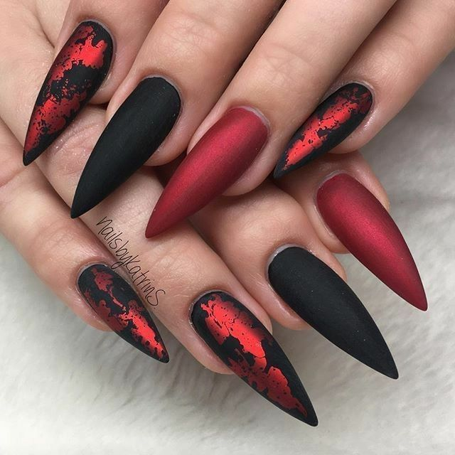 Schwarze und rote Nägel. Schwarze Hanteln. Filmnägel. Acrylnägel, #Acrylnägel #Foliennagel #Halloween #Mattnagel #Nagel #Schwarz – Nailart