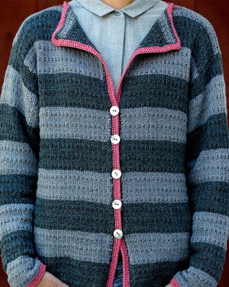 Smuk trøje med hæklede kanter i helt klassisk facon.