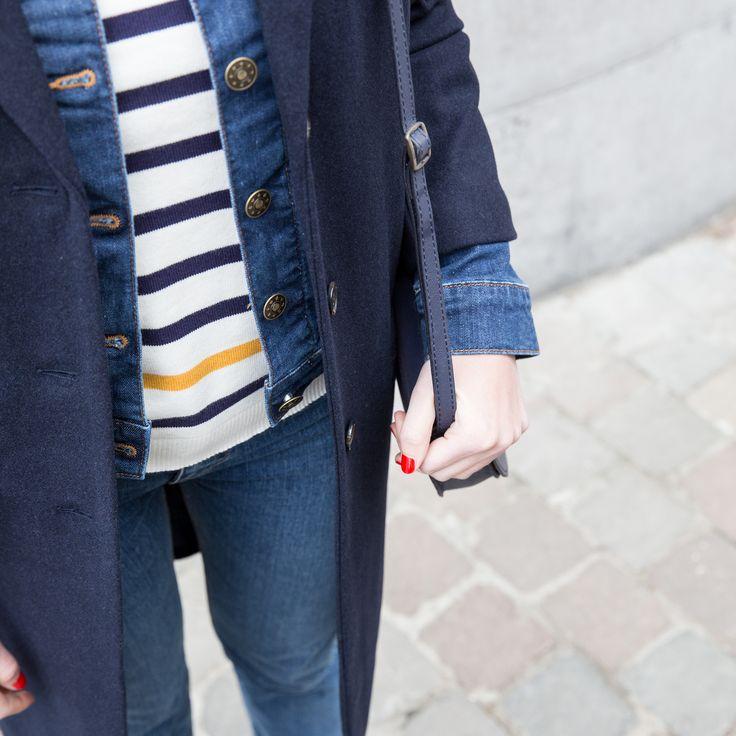 Le pull style marinière à porter avec une jupe jaune pour un joli look.