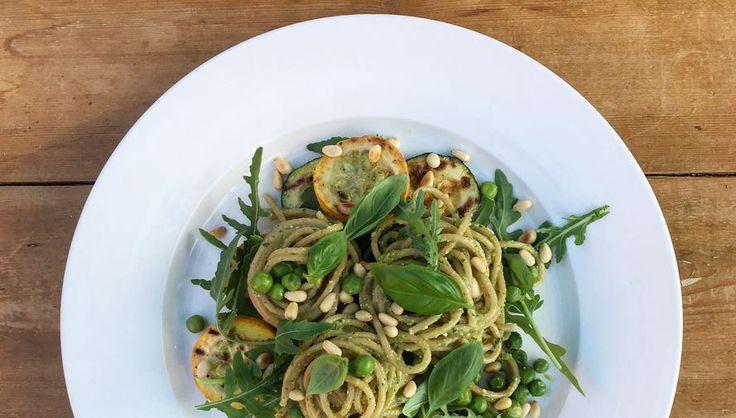 Juli recept: Spaghetti met pesto van groene erwten en gegrilde courgette