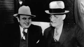 """Image copyright                  Getty Images Image caption                                      Al Capone multiplicó su poder en los tiempos de la Ley Seca                                El principio del fin en el experimento más famoso del mundo de prohibición del alcohol se inició con una lluvia de balas. Siete mafiosos fueron asesinados en un garaje de Chicago.  Los verdugos eran eficaces para """"barrer"""" los cuerpos de sus ví"""