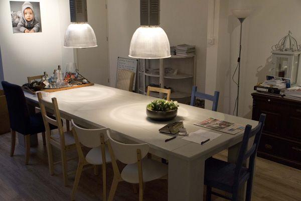 In wit afgewerkte tafel van steigerhout met mooie stoeen en industriële lampen