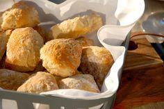 Lækre madbrød med kærnemælk og havregryn. Brødene hæver i to timer, og bages cirka 15 minutter ved 220 grader varmluft. Kærnemælksbrødene er gode kuvertbrød. Foto: Guffeliguf.dk.
