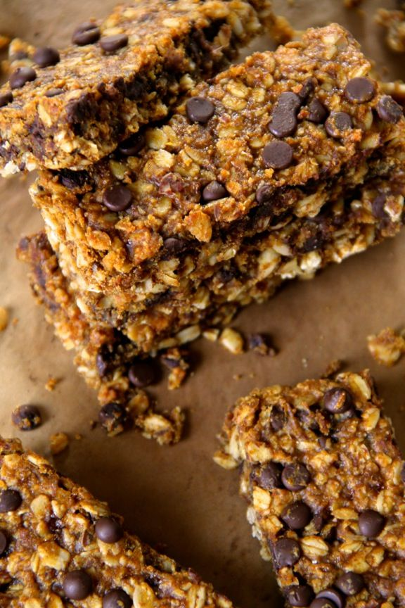 Soft and Chewy Pumpkin Granola Bars -- loaded with oats, pumpkin, chocolate, and warming spices! || runningwithspoons.com #pumpkin #granolabar