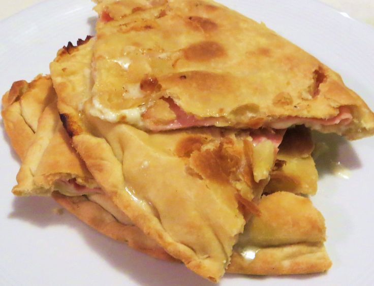 Schiacciata con stracchino, mozzarella e prosciutto cotto