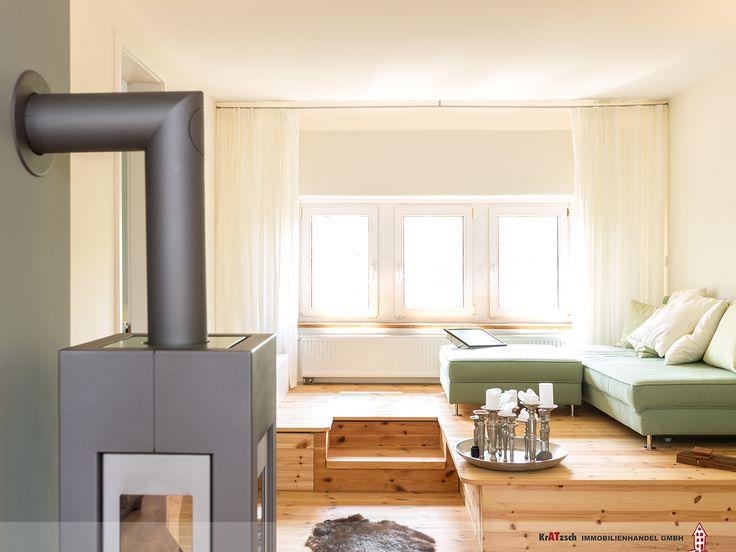Der Wohnbereich wurde durch ein Podest aufgeteilt. Dadurch entstanden unterschiedliche Zonen innerhalb eines Raumes, was diesen optisch größer werden lies. Unter dem Podest ist zudem nützlicher Stauraum entstanden und die Fenster wirken fast wie bodentiefe Elemente.