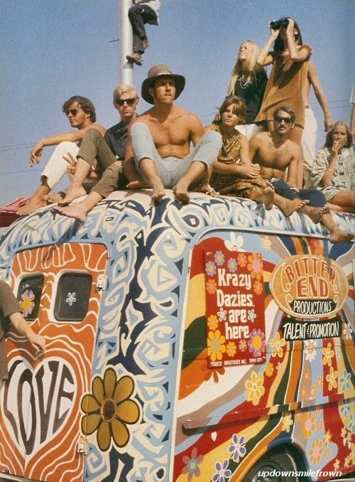 Carrinha Hippie e seus ocupantes em Woodstock, 1969. É visivel o ambiente de paz, apreciação de musica,....