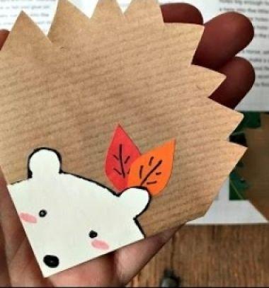 Egy gyerekekkel is egyszerűen elkészíthető kreatív ötletet keresel őszre? Ezt a kedvesapapír sün sarok könyvjelzőtneked találták ki! Ez azegyszerű( de mégis nagyszerű )őszihangulatúpapírsüni ...