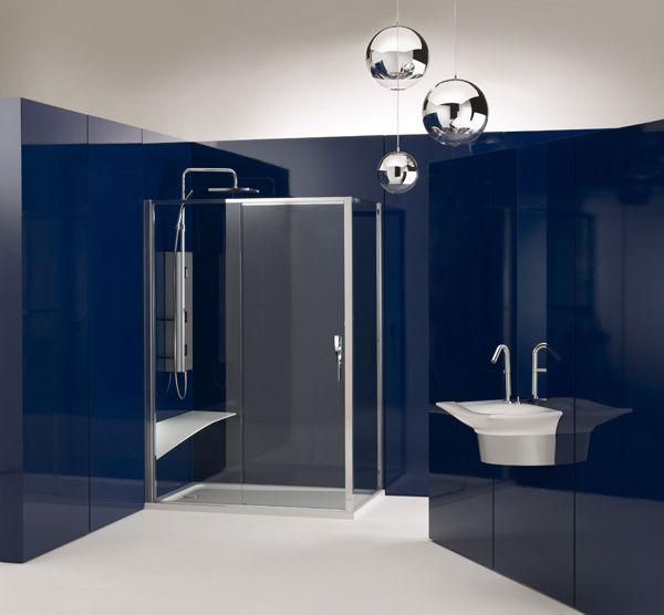 Современный дизайн ванной в темно-синих тонах в стиле минимализм с подвесной раковиной, душевой кабиной и большим душевым гарнитуром. #дизайн_ванной #современная_ванная_комната #синяя_ванная_комната #подвесная_раковина #душевая_кабина #душевой_гарнитур