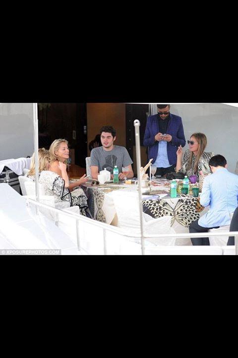 Festival de Cannes 2013 : Sharone Stone, Robert Cavalli, Eva Cavalli avec les verres incassables en acrylique du designer Mario Luca Giusti. http://trend-on-line.com/brand/mario-luca-giusti