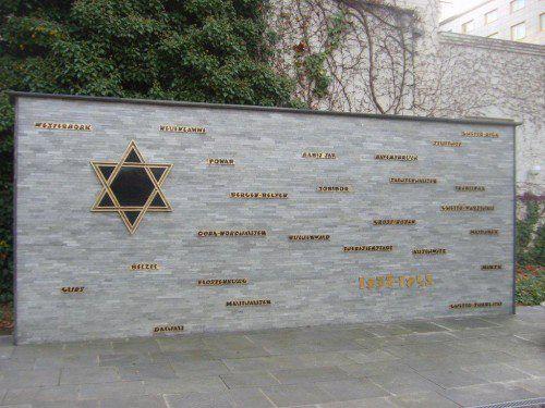 Burada bir Yahudi kültür merkezinin önüne geliyoruz. İçeri giremiyoruz ancak kapıda tüm toplama kamplarının yazılı olduğu bir anıtı görüyoruz... Daha fazla bilgi ve fotoğraf için; http://www.geziyorum.net/berlin-3-gun/