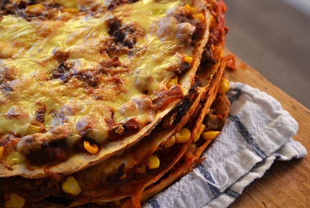 Als je gek bent op de Mexicaanse keuken dan moet je deze Mexicaanse wraptaart zeker eens proberen. Hij is gevuld met gehakt, ui, champignons, gezeefde tomaten en Italiaanse roerbakmix en geraspte kaas. Serveer het met een lekkere groene salade, (zelfgemaakte) guacemole en wat zure room. Super lekker! Eet smakelijk!