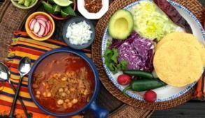 """Conocido como una de las verdaderas """"obras maestras"""" de la cocina nacional, el Pozole es uno de los platillos más representativos de la comida mexicana y el plato por excelencia para celebrar las Fiestas Patrias."""