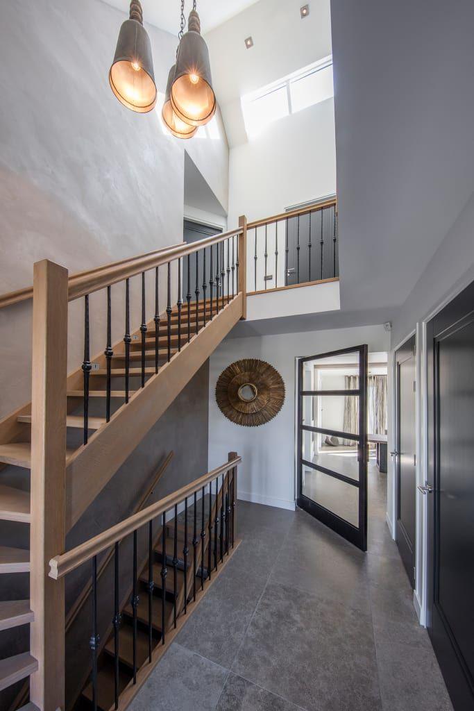 Vind afbeeldingen van rustieke & brocante Gang, hal & trappenhuis in de kleur beige: Hall. Ontdek de mooiste foto's & inspiratie en creëer uw droomhuis.