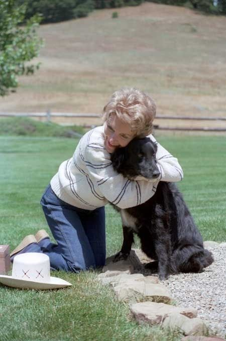 She's a good animal hugger   37 Reasons Why Nancy Reagan Was The Ultimate First Lady
