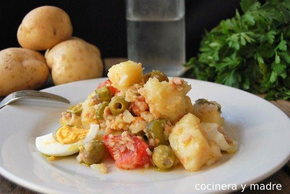 Una receta casera y fácil; una ensalada de patatas clásica, un plato fresco y económico pero de lo más completo perfecto para dejar preparado y listo para