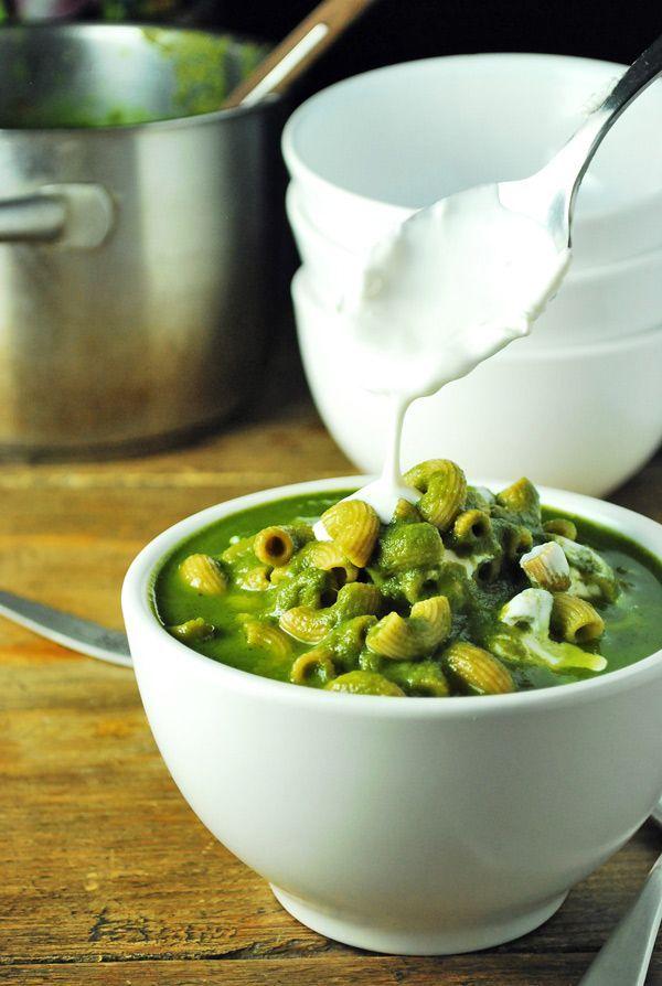Cremosa sopa a base de acelgas con pasta.