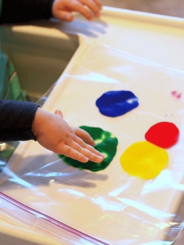 vingerverf in een plastic zipper zakje voor je dreumes of peuter om mee te spelen zonder vies te worden Fingerpaint in a zipperbag - lots of fun !